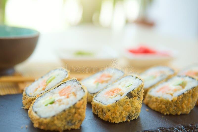 螃蟹被油炸的里面莴苣做maki肉辣椒粉镀卷木供食的寿司的天麸罗 服务在石板材 免版税库存图片