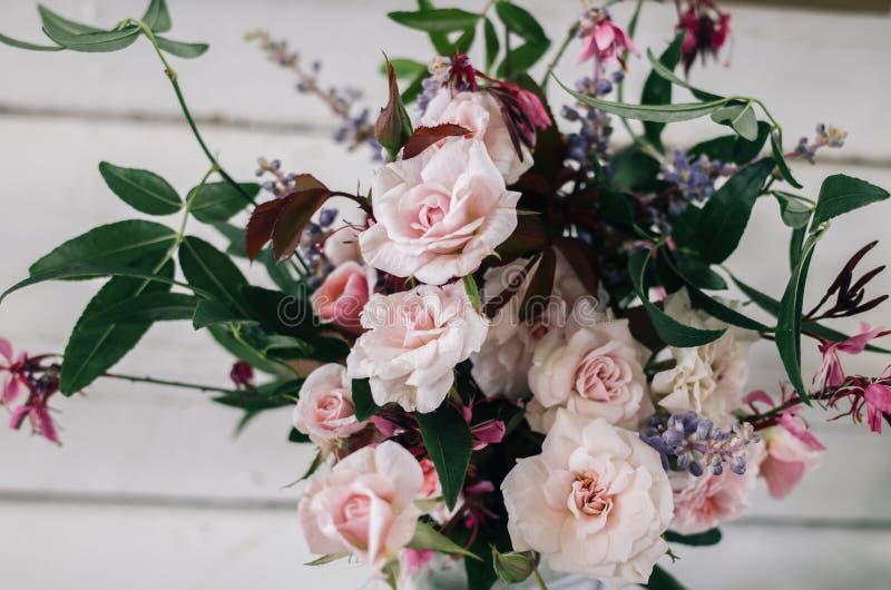 背景空白花束的玫瑰 免版税库存图片