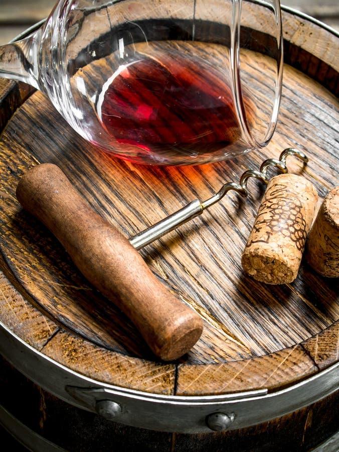 背景玻璃红葡萄酒 一杯在老桶的红酒 库存照片