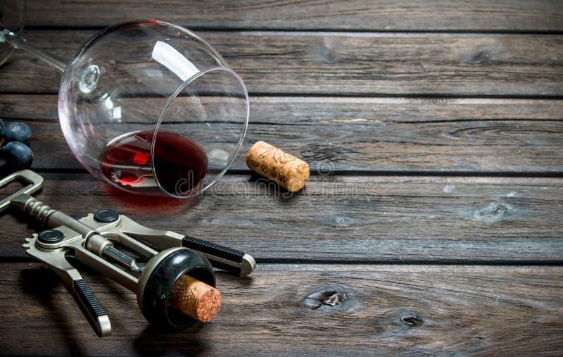 背景玻璃红葡萄酒 一杯红酒用葡萄和拔塞螺旋 库存照片