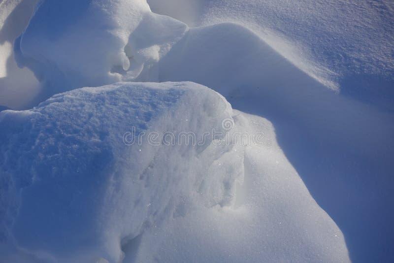 背景蓝色雪花白色冬天 摘要 雪漂泊 光和阴影线的平抑物价  雪在一个晴天 免版税图库摄影