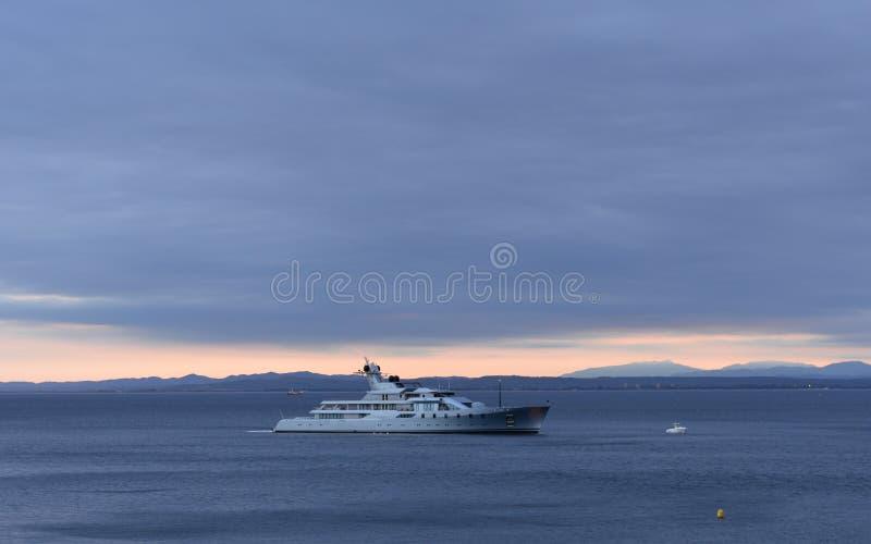 航行在陆间海的游艇 免版税库存图片
