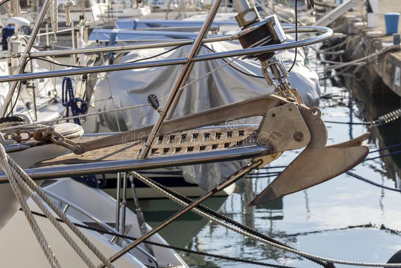 船的弓有一个船锚的有链特写镜头的 免版税库存照片