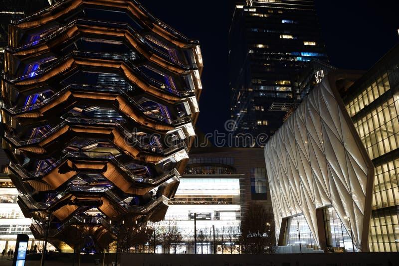 船TKA,与棚子的一个螺旋不尽的楼梯在它,后边skyscrappers附近 与明亮的光的夜视图 哈德森围场 库存图片