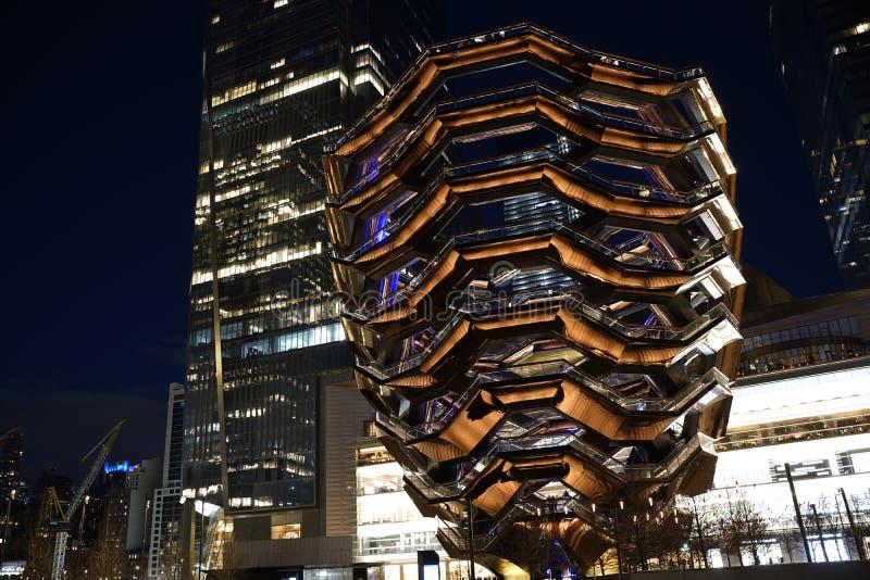 船TKA,一个螺旋不尽的楼梯,后边skyscrappers 与明亮的光的夜视图 哈德森围场,曼哈顿的西边 库存照片