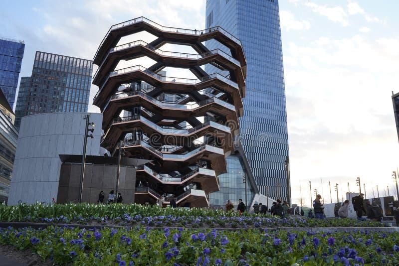 船TKA,一个螺旋不尽的楼梯,当人走动,skyscrappers后边,在它前面的花,哈德森围场 库存图片