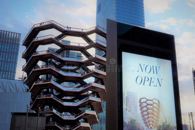 船TKA,一部螺旋形楼梯,打开了,与后边人站立的里面,购物中心在它,skycrappers附近,哈德森围场,曼哈顿 免版税库存图片