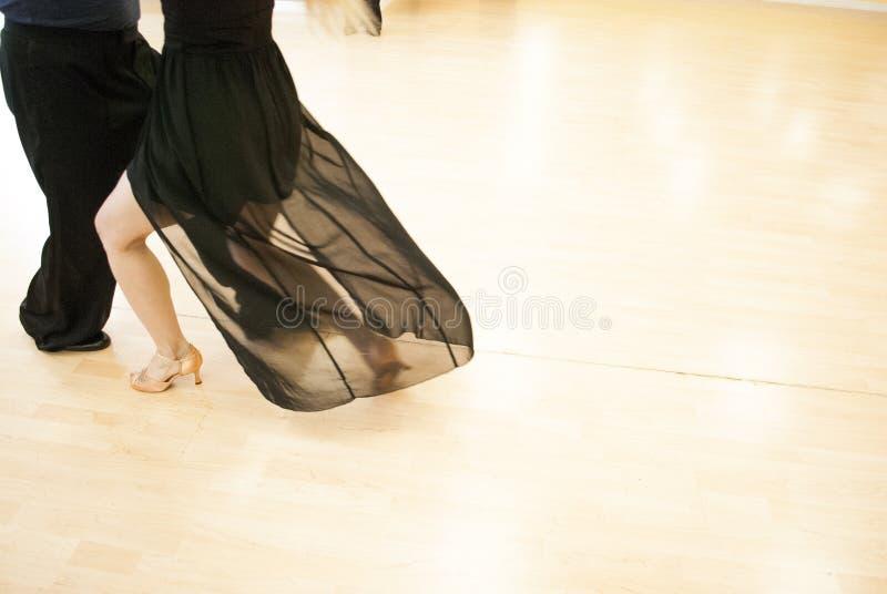 舞蹈演播室 青年夫妇跳舞 免版税图库摄影