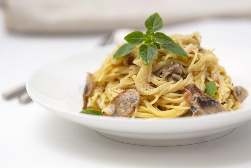 蘑菇意粉面团和奶油沙司 自创意大利面团用蘑菇蘑菇 免版税库存图片