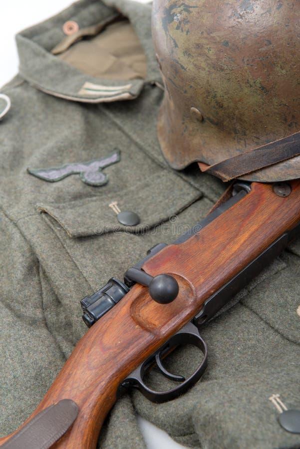 葡萄酒背景用德国军队外业设备 免版税库存照片