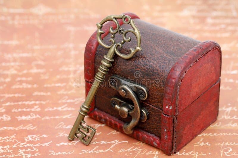 葡萄酒钥匙和老宝物箱 图库摄影