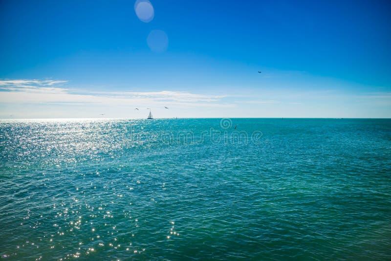 蓝色清楚的天空有风景看法在基韦斯特岛,佛罗里达 图库摄影
