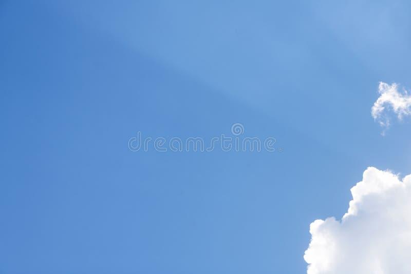 蓝色结算覆盖天空白色 免版税库存图片