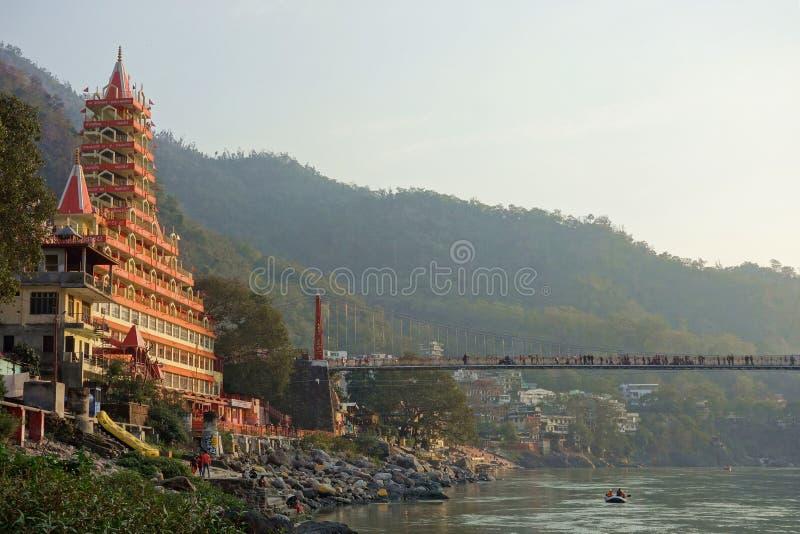脚桥梁和寺庙在日落 免版税库存图片