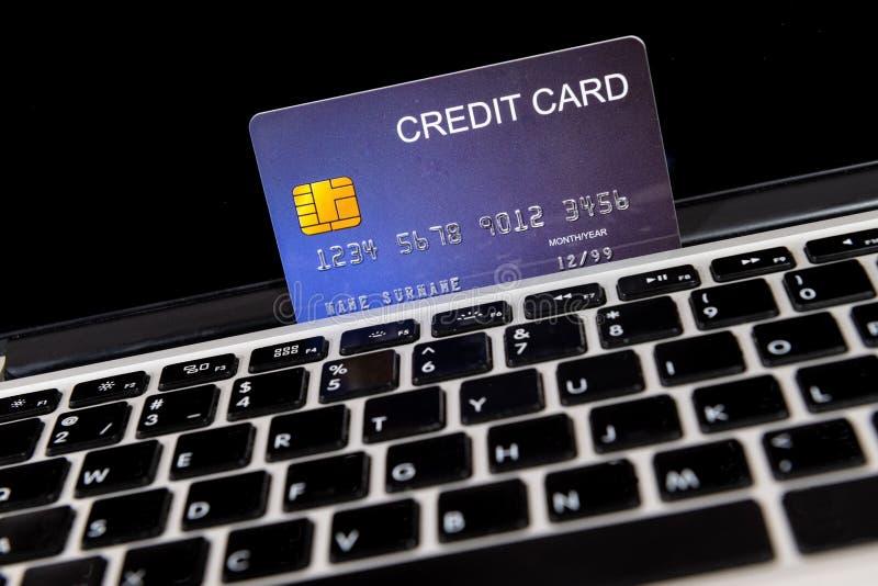 膝上型计算机的信用卡地方 库存图片