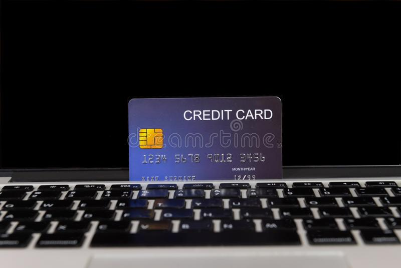 膝上型计算机的信用卡地方 免版税库存照片