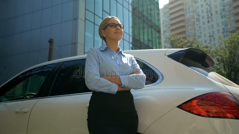 自信展望前途,成功的企业夫人横渡的手 图库摄影