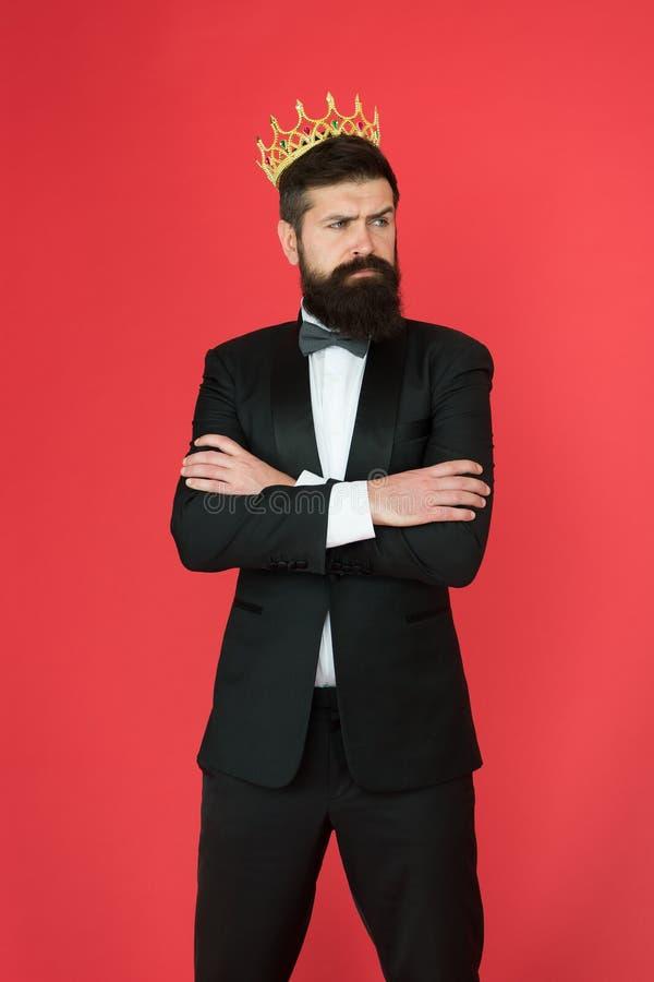 自信心概念 英俊的行家正装 感到优越 金黄的正装的人有胡子的帅哥 免版税库存图片