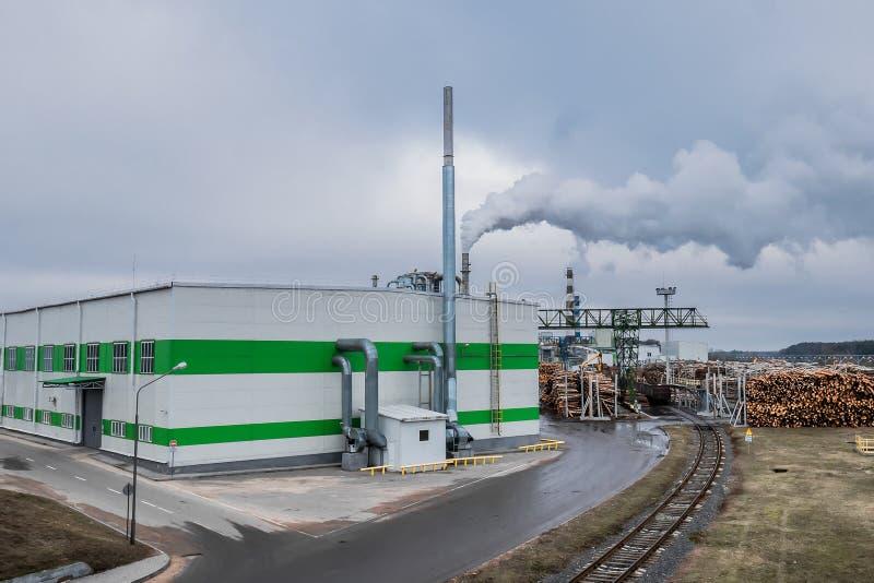 自动化木工厂 是处理被烧的木炭工厂的木柴将木头 库存照片