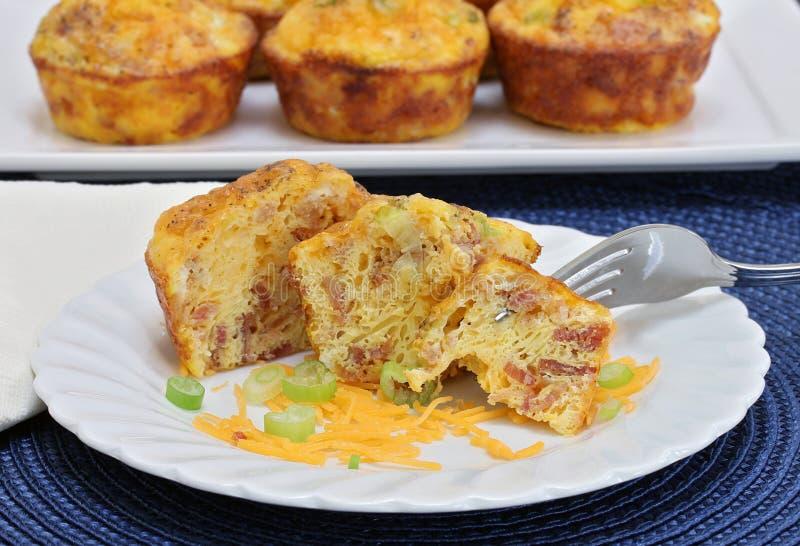 自创蛋、烟肉和乳酪早餐松饼 免版税库存照片