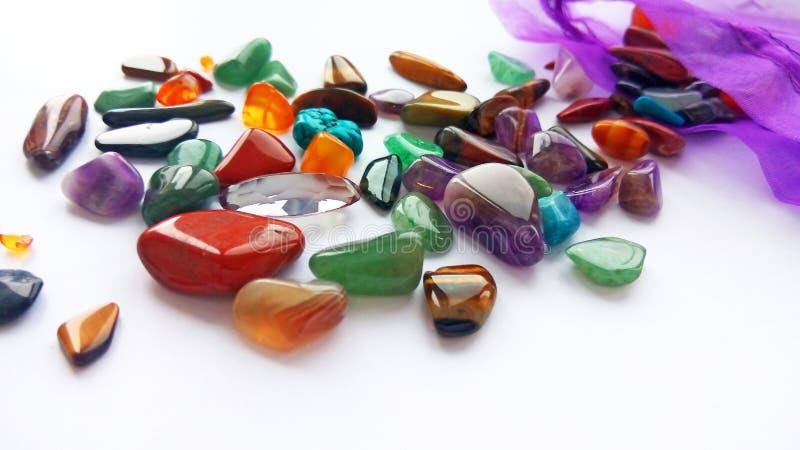 自然明亮的色的半珍贵的宝石和宝石在白色背景 库存图片