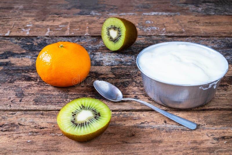 自然酸奶和果子在木 库存照片