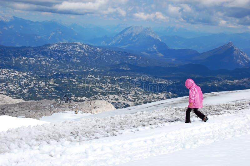 自然,令人惊讶的高山风景秀丽,走在登上,天空蔚蓝,云彩,发烟,雾,积雪的山峰 免版税库存照片