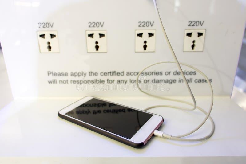 自由充电驻地在旅客的机场 库存图片