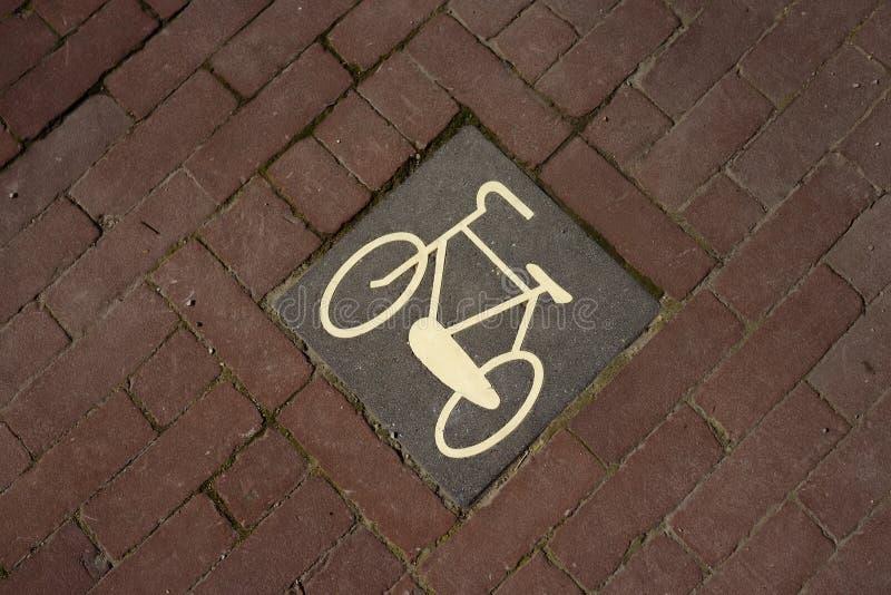 自行车在砖路面的路标在阿姆斯特丹,荷兰街道上  库存图片