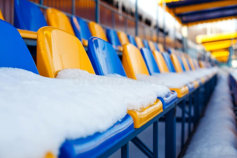 色的位子积雪在冬天多雪的体育场内 积雪的论坛 库存图片