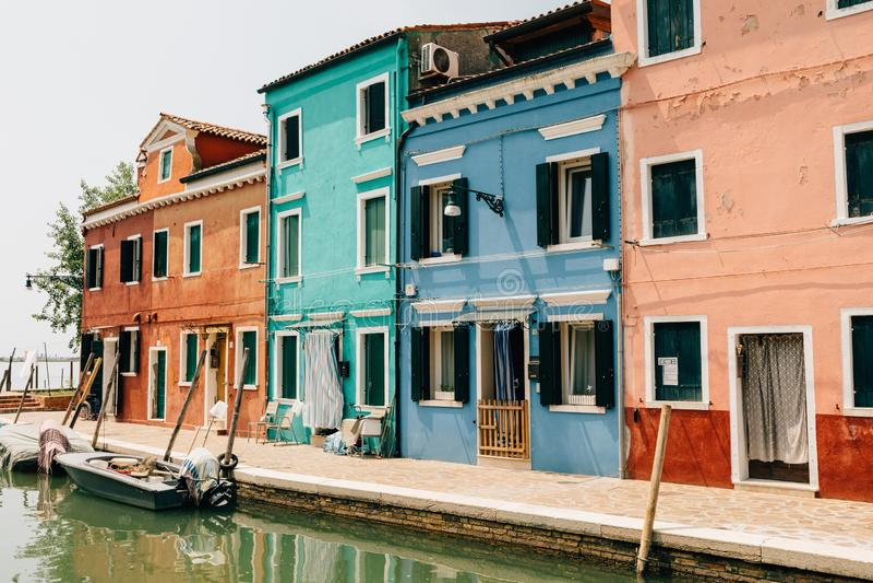 色的家和水运河全景有小船的在Burano 免版税库存照片