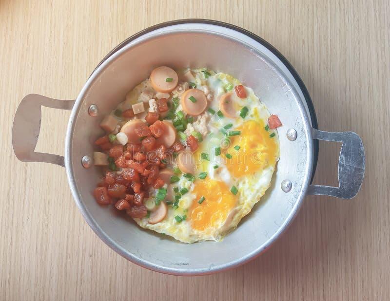 英式早餐包括荷包蛋、豆、烟肉和装饰品与芬芳 库存照片