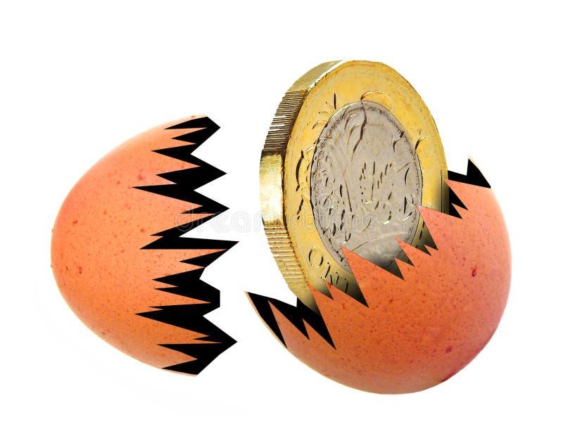 蛋小鱼苗金1英镑硬币出生被孵化的金钱现金巢 库存照片
