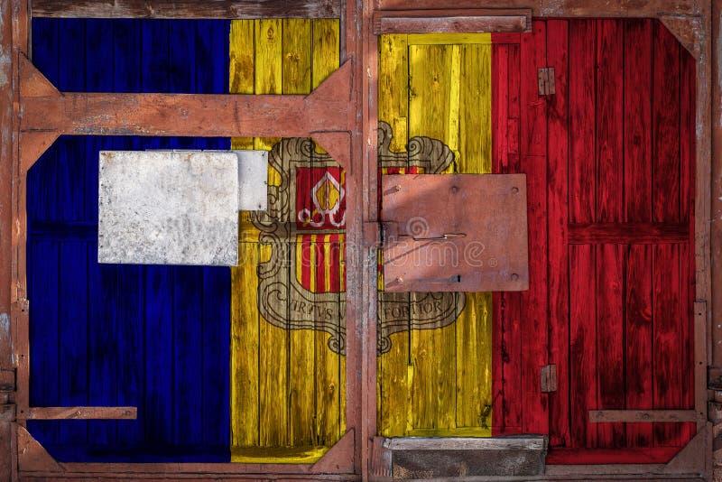 老仓库门特写镜头有国旗的 库存例证