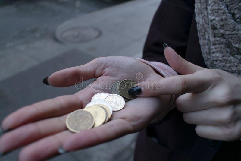 老妇人计数少量变化 灰色全部 免版税库存照片