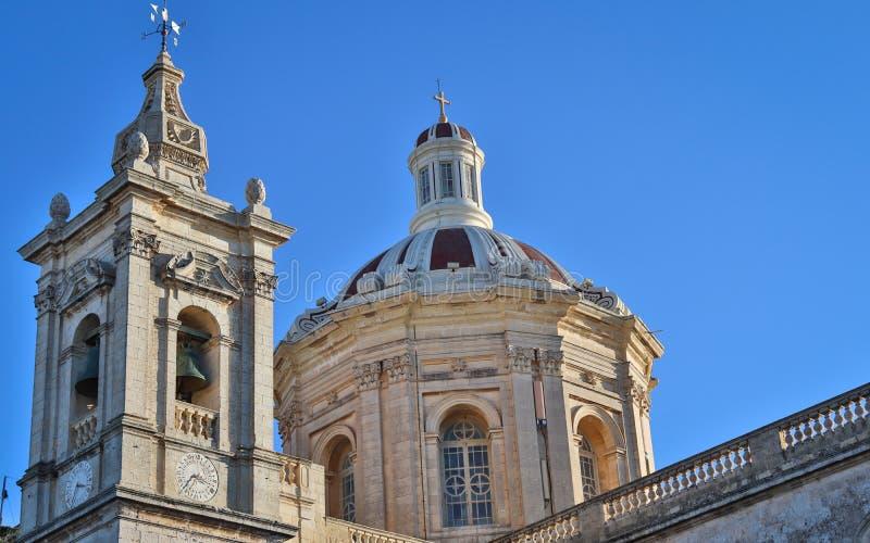 老圣保罗的教会美好的夫妇有响铃和许多细节的在拉巴特,马耳他在一好日子 免版税库存图片