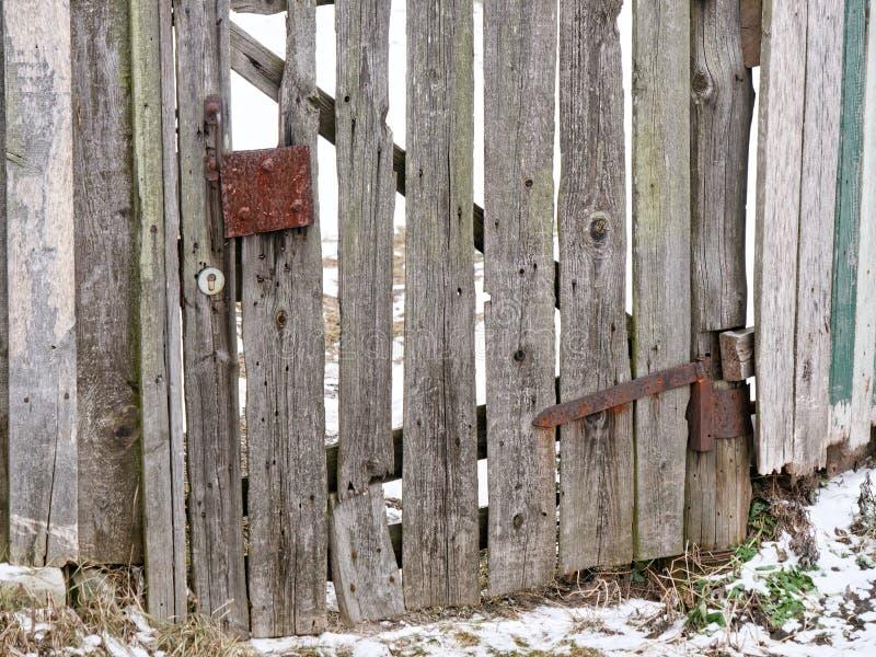 老板条篱芭的老木门 免版税库存照片