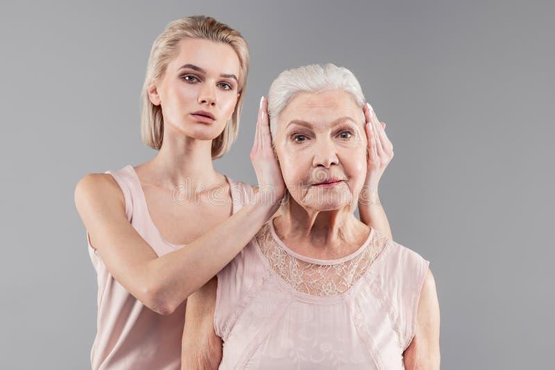 老母亲的中立悦目紧少女结束耳朵 免版税图库摄影