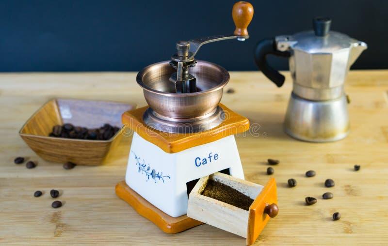 老意大利磨咖啡器特写镜头和已经磨碎了新鲜的咖啡 免版税库存照片