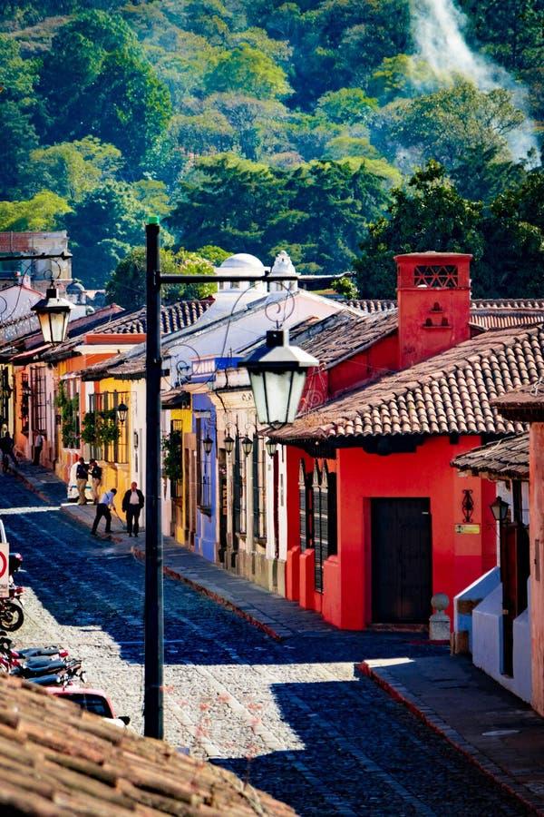 老街道的五颜六色的房子在安提瓜,危地马拉 免版税库存照片