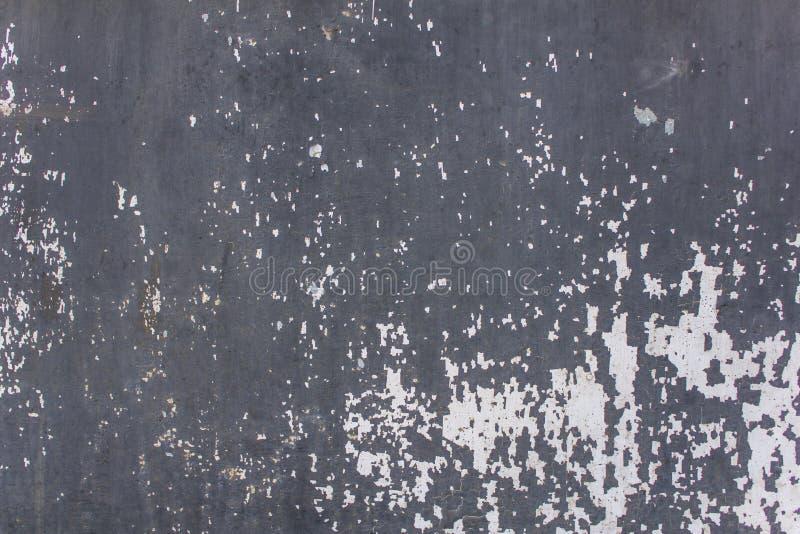 老蓝灰色混凝土墙以白色剥的油漆和抓痕 毛面纹理 免版税库存图片