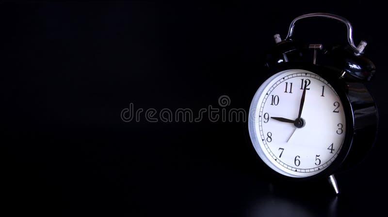 老黑葡萄酒闹钟的接近的图象 9个o `时钟 免版税库存图片