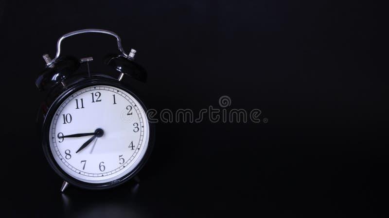 老黑葡萄酒闹钟的接近的图象 七个'时钟和四十五分钟 图库摄影