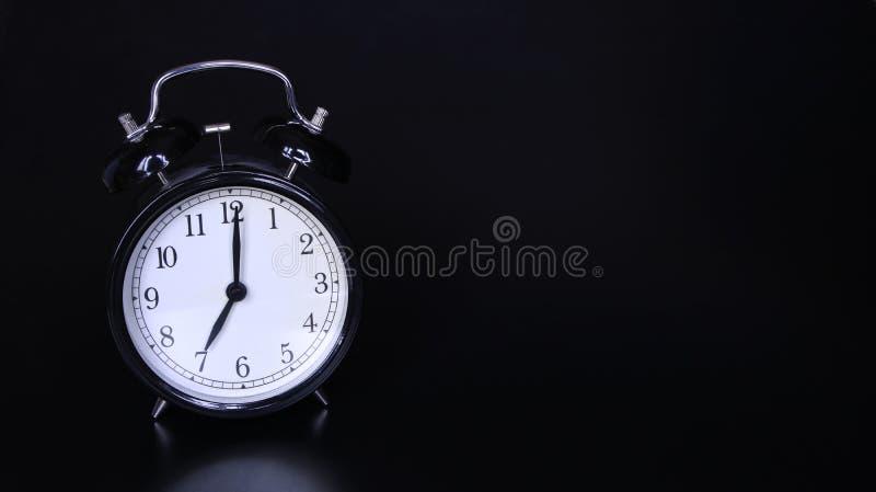 老黑葡萄酒闹钟的接近的图象 七个o `时钟 库存照片