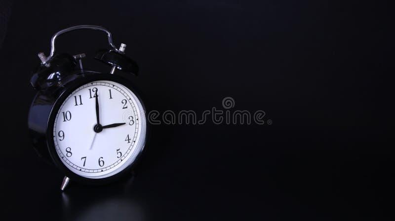 老黑葡萄酒闹钟的接近的图象 三个o `时钟 免版税库存图片