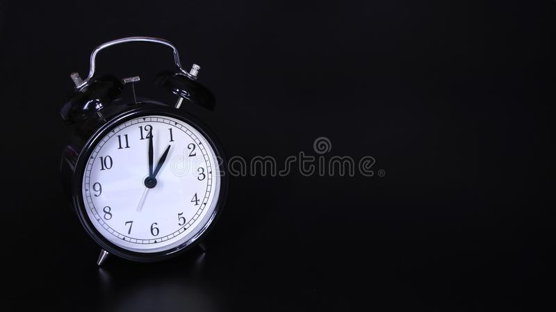 老黑葡萄酒闹钟的接近的图象 一个o `时钟 库存照片