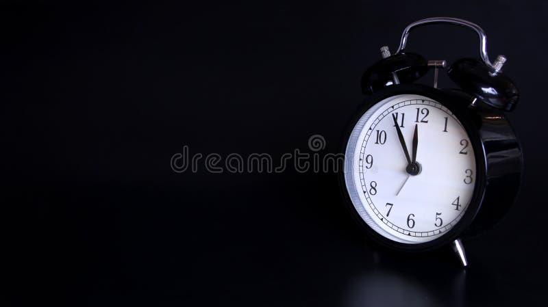 老黑葡萄酒闹钟的接近的图象 五分钟在6点前 图库摄影