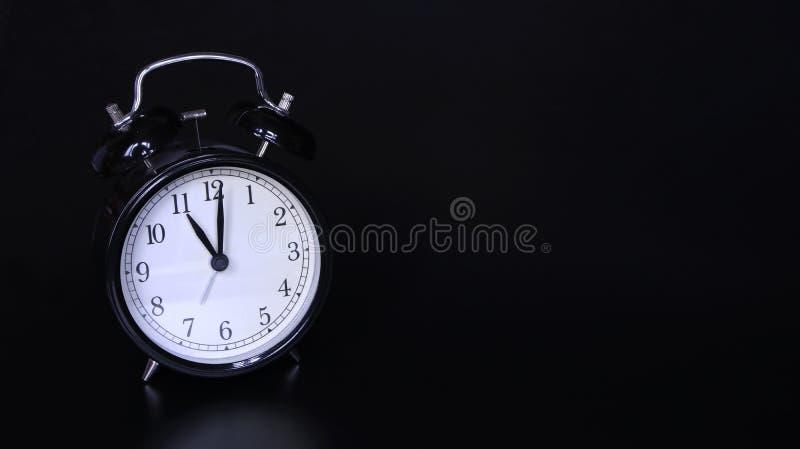 老黑葡萄酒闹钟的接近的图象 十一个o `时钟 免版税库存图片
