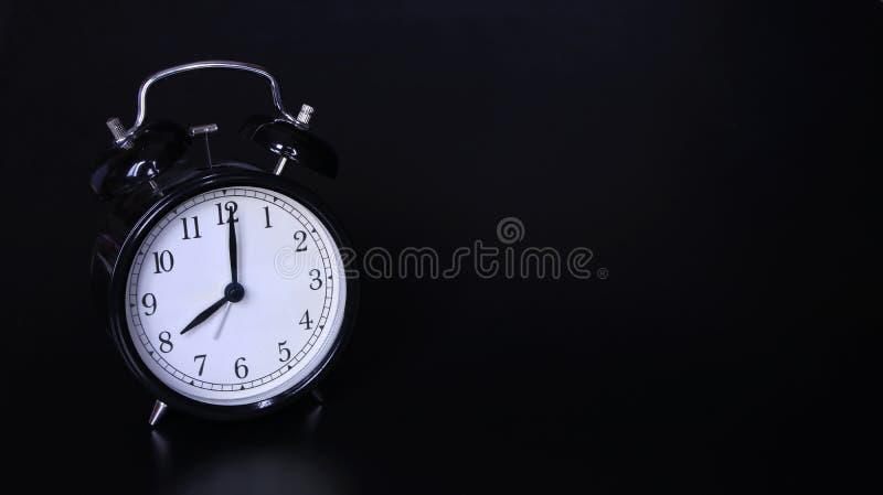 老黑葡萄酒闹钟的接近的图象 八个o `时钟 图库摄影