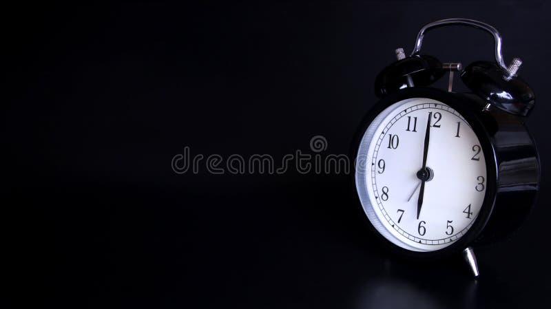 老黑葡萄酒闹钟的接近的图象 六个o `时钟 免版税库存图片